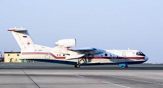 Самолет Бе-200ЧС МЧС России в аэропорту Владивостока