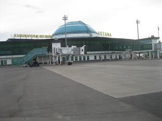 Аэровокзал аэропорта Астаны со стороны летного поля