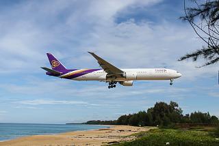 Боинг-777-300 Тайских авиалиний производит посадку в аэропорту Пхукет