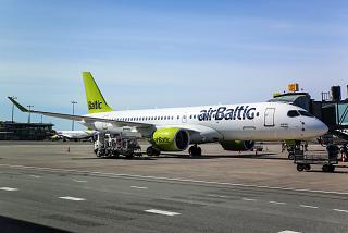 Авиалайнер Airbus A220-300 авиакомпании airBaltic в аэропорту Рига
