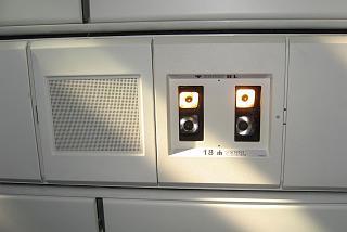 Панель над пассажирским креслом в самолете Боинг-767-300