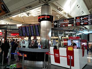 Информационная стойка в чистой зоне аэропорта Стамбул Ататюрк