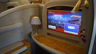 Индивидуальный монитор в салоне первого класса в Боинге-777-200 авиакомпании Emirates