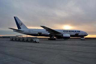 Самолет Боинг-777-200 VP-BHB Оренбургских авиалиний в аэропорту Симферополь
