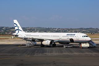 Самолет Airbus A321 Эгейских авиалиний в аэропорту Салоники