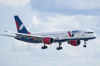 Боинг-757-200 авиакомпании Azur Air перед посадкой в аэропорту Внуково