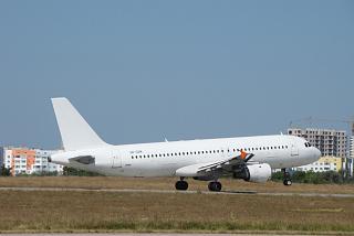 Взлет авиалайнера Airbus A320 UR-CQM авиакомпании FANair