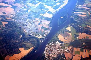 Граница между Болгарией и Румынией - река Дунай и приграничные города Тутракан (справа) и Олтенита (слева)