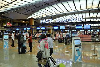 Стойки регистрации Fast Check-In в терминале 2 аэропорта Чанги в Сингапуре