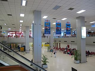 Промежуточный зал (с гейтами) после иммиграционного контроля в аэропорту Коломбо Бандаранайке