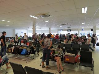 Зал ожидания перед выходом на посадку в аэропорту Мале