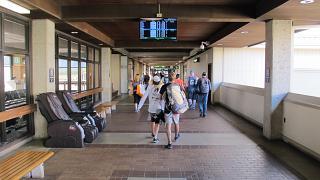 Переход в чистой зоне аэропорта Лихуэ