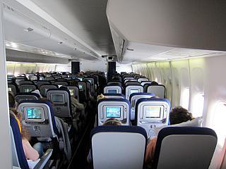 Салон эконом-класса в самолете Боинг-747-400 авиакомпании Люфтганза