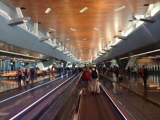 Переход к выходам на посадку в аэропорту Хамад