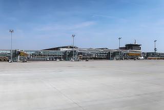 Вид с перрона на пассажирский терминал аэропорта Лейпциг-Галле