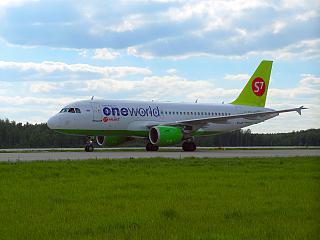 Airbus A319 VP-BTN в окраске альянса Oneworld в аэропорту Домодедово