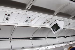 Центральная верхняя панель с монитором системы развлечений в самолете Airbus A330-300