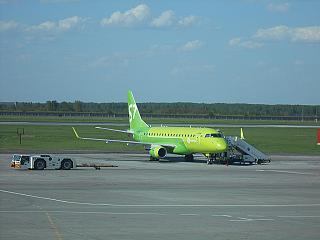 Самолет Embraer ERJ-170LR VQ-BYB авиакомпании S7 Airlines в аэропорту Толмачево
