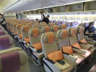 Салон эконом-класса в Боинге-777-300 авиакомпании Emirates