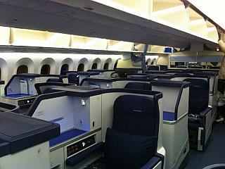 Салон бизнес-класса в самолете Боинг-787 авиакомпании ANA