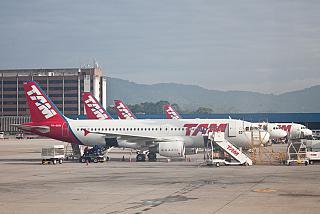 Самолеты Airbus A320 авиакомпании TAM в аэропорту Сан-Паулу Гаурулхос
