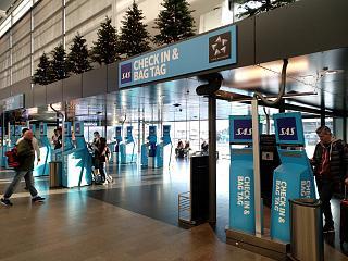 Стойки саморегистрации на рейсы SAS в терминале 5 аэропорта Стокгольм Арланда