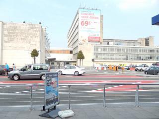 Административное здание рядом с аэровокзалом в аэропорту Брюссель