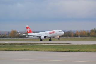 Взлет самолета Airbus A320 авиакомпании SWISS