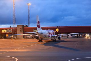 Самолет Airbus A320 авиакомпании WOW air в аэропорту Кефлавик
