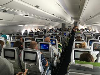 Пассажирский салон самолета Airbus A350-900 авиакомпании Finnair