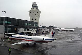 Перроне аэропорта Ла-Гардия в Нью-Йорке