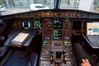 Панель приборов в самолете Airbus A320 авиакомпании SWISS