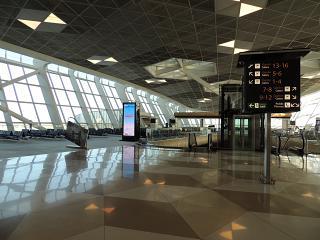 Зал ожидания в чистой зоне терминала 1 аэропорта Баку Гейдар Алиев