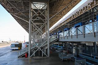 Вид со стороны перрона на выходы на посадку в аэропорту Салоники
