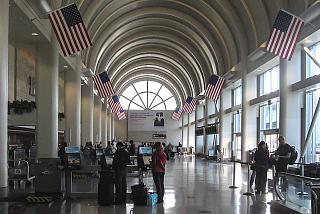 Внутри Терминала 4 аэропорта Лос-Анджелес
