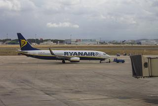 A Boeing-737-800 Ryanair at the airport of Valencia