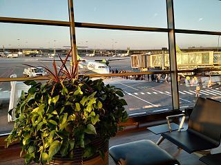 Окна с видом на перрон в аэропорту Рига