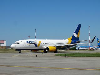 Boeing 737-800 UR-UTQ авиакомпании Azur Air Ukraine в аэропорту Борисполь