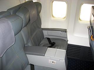 Салон бизнес-класса самолета Боинг-737-800 Монгольских авиалиний