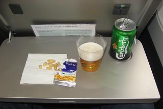 Пиво и орешки на рейсе Москва-Гонконг авиакомпании Cathay Pacific