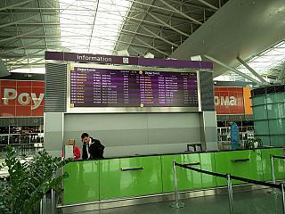Информационная стойка и табло вылетов в терминале D аэропорта Борисполь