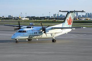 Самолет Bombardier Dash 8-100 авиакомпании Jazz в аэропорту Торонто Пирсон