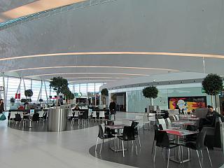 Фуд-корт в чистой зоне терминала 2 аэропорта Будапешт