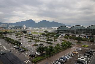 Вид на аэропорт Гонконг с автомобильной эстакады рядом с терминалом 1