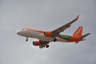 Airbus A320 G-EZPC авиакомпании easyJet в спецливрее Europcar
