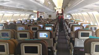 Пассажирский салон эконом-класса в Airbus A330-300 авиакомпании Garuda Indonesia