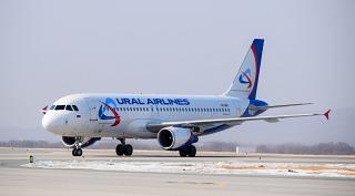 Самолет Airbus A320 VQ-BNI Уральских авиалиний в аэропорту Владивостока