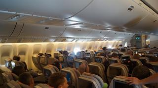Пассажирский салон экономического класса в самолете Боинг-777-200 авиакомпании Emirates