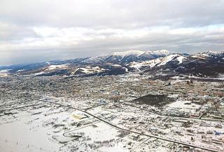 Вид на город Южно-Сахалинск при взлете из аэропорта Хомутово