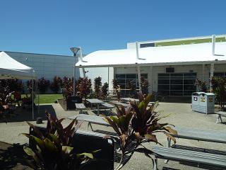 Открытая площадка перед входом в терминал аэропорта Кэрнс